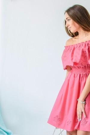 Коралловое платье с рюшем и вышивкой