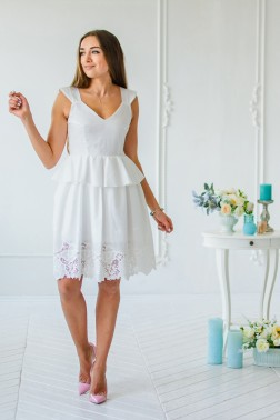 Молочное платье с баской и вышивкой