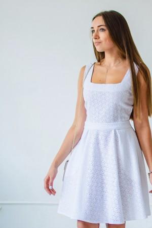 Платье из белого шитья с карманами