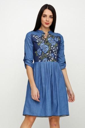 Голубое джинсовое платье с вышивкой розы