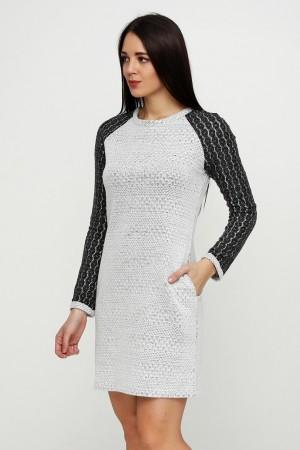 Светло-серое платье из ажурного трикотажа